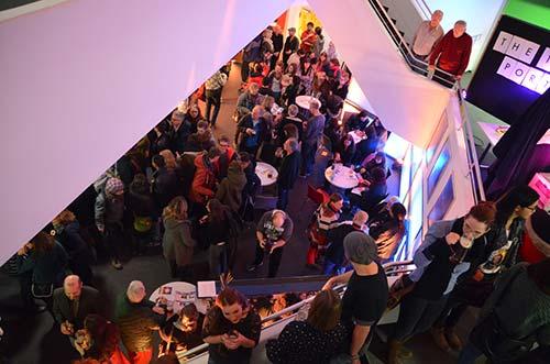 Ein Blick von oben ins Foyer während des Filmfests